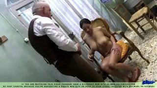 Блондиночка с жадностью сосёт и получает в пизду два мясистых хера
