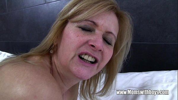 Изысканно милая зрелая сучка с сисечками просит выпустить сперму в ротик